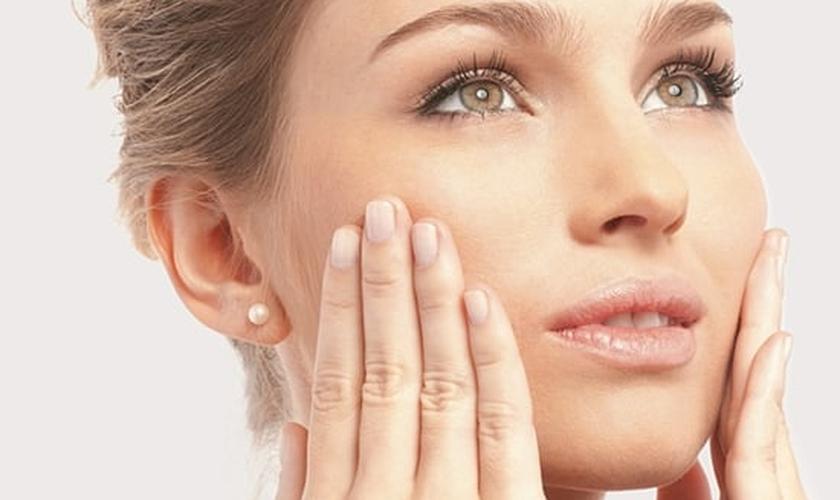 """A conhecida """"zona T"""", região da testa, nariz e queixo, é a parte do rosto que mais sofre com o acúmulo de oleosidade — e que mulher gosta disso? (Foto: Sua Pele Saudavel)"""