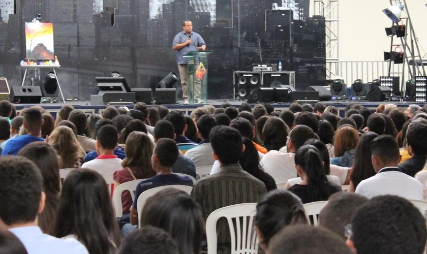 O pastor e missionário, Pedro do Borel foi o preletor desta sexta-feira, 30. (Foto: Guiame)
