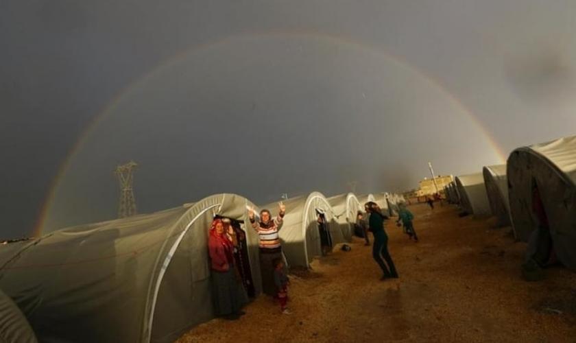 Refugiados curdos no sudeste de Suruc, na província de Sanliurfa. (Foto: Reuters)