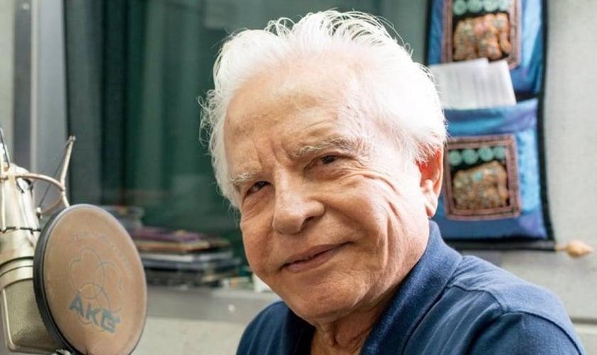 Aos 88 anos, Cid Moreira acaba de lançar o aplicativo Bíblia no celular. (Foto: Reprodução/ Extra)