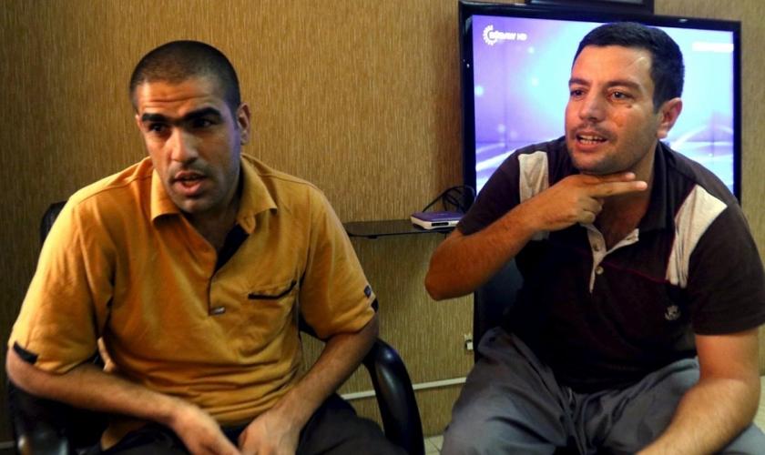 Mohammed Abd Ahmed (à direita) e Ahmed Mustafa Mahmoud, dois dos 70 reféns,  resgatados de uma prisão do Estado islâmico durante uma operação conjunta dos EUA e  forças curdas (Foto: Reuters)