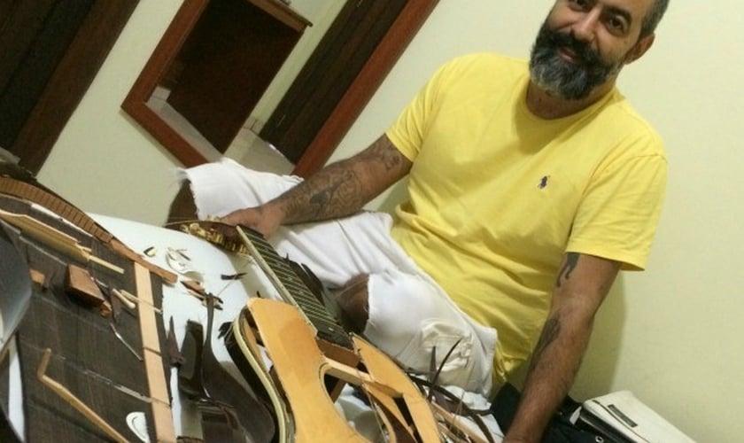 O músico, que já fez parte do grupo Oficina G3 ao lado de Juninho Afram, perdeu um violão avaliado em R$ 17 mil e ainda sente dores no corpo. (Foto: Reprodução/ Facebook)