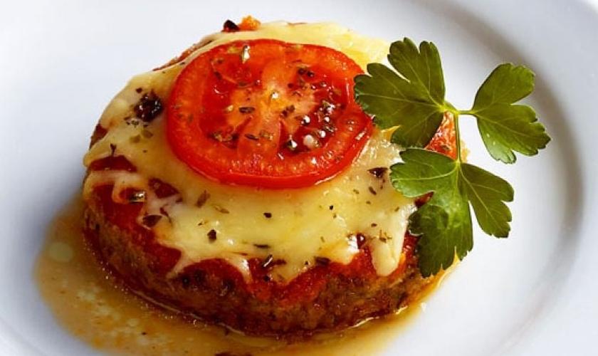 A receita de hambúrguer à parmegiana rende 8 porções. (Foto: Reprodução/ M de Mulher)