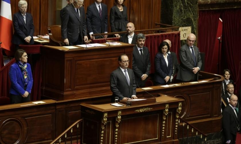 O presidente francês François Hollande separou um minuto de silêncio em memória às vítimas em Versalhes. (Foto: Reuters)