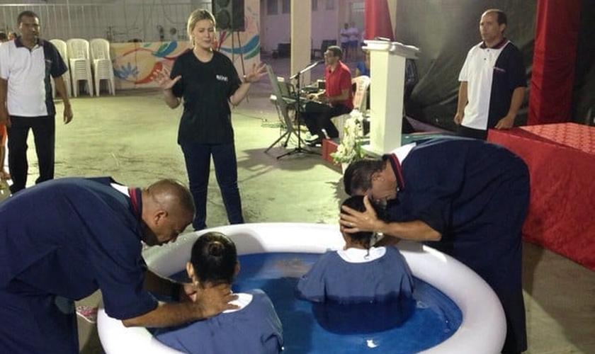 Andressa Urach acompanhou o batismo de presas de Aracaju (Foto: Arquivo pessoal)
