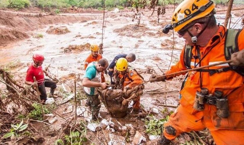 O distrito de Bento Rodrigues ficou destruído, deixando centenas de pessoas desabrigadas. (Foto: Reprodução/ Surgiu)