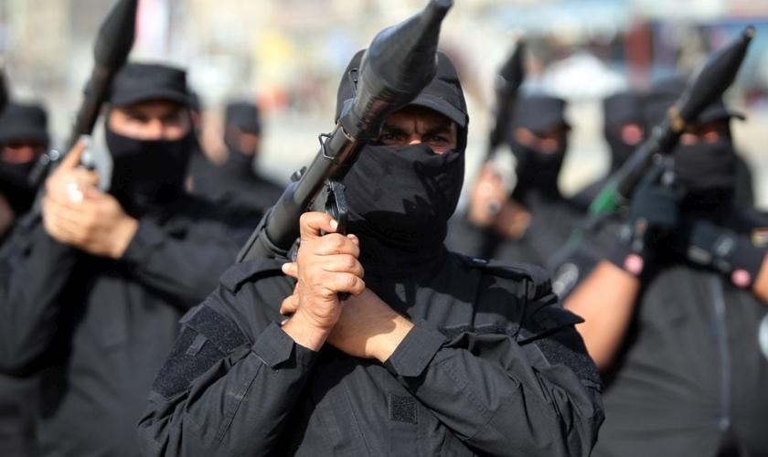 Militantes do Estado Islâmico se posicionam com armamento pesado. (Foto: Reuters)
