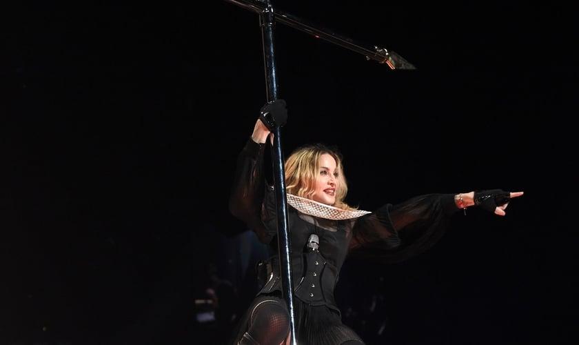 Madonna usa cruz como pole dance em show