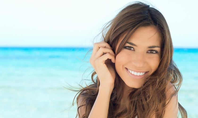Conheça a opinião de seis top maquiadores sobre o que entra e o que fica de fora das areias. (Foto: Reprodução)