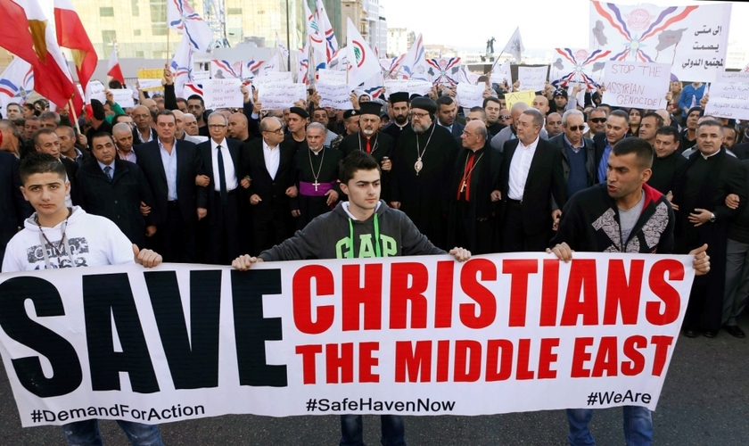 Cristãos assírios participam de protesto contra a perseguição religiosa e pedem pela libertação dos reféns, mantidos pelo Estado Islâmico (Foto: Reuters)