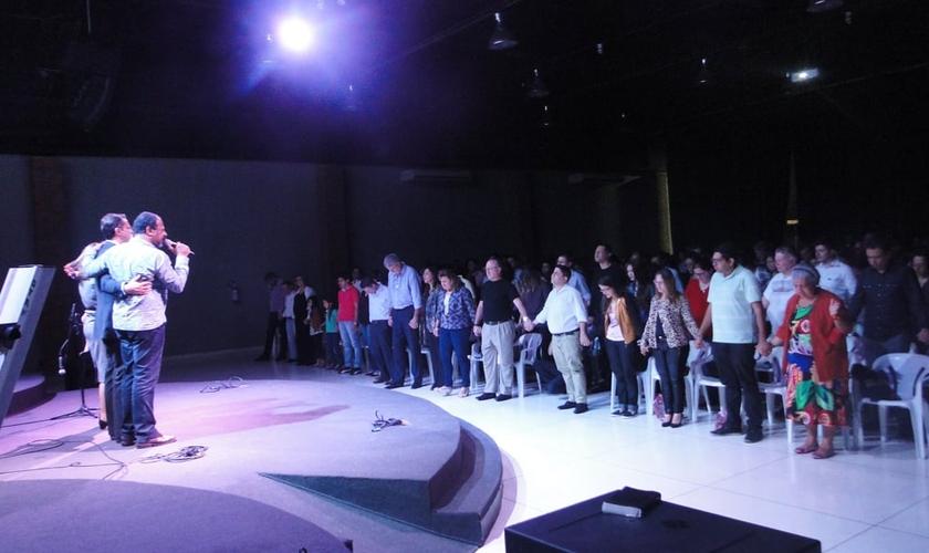 """Momento de oração e louvor com cerca de 400 líderes e pastores em pré-estréia do filme """"Quarto de Guerra"""". (Foto: Guiame/ Mariana Ebenau)"""