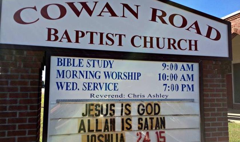 A mensagem foi exposta na parte de fora da Igreja Batista Cowan Road Baptist. (Foto: Anita Lee/ Sun Herald)