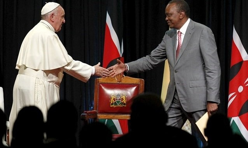 Papa Francisco cumprimenta o presidente queniano, Uhuru Kenyatta, em sua primeira viagem à África (Foto: AP)