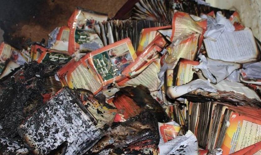 Bíblias, estúdios, computadores e outros equipamentos foram destruídos pelas chamas. (Foto: Gawahi TV)