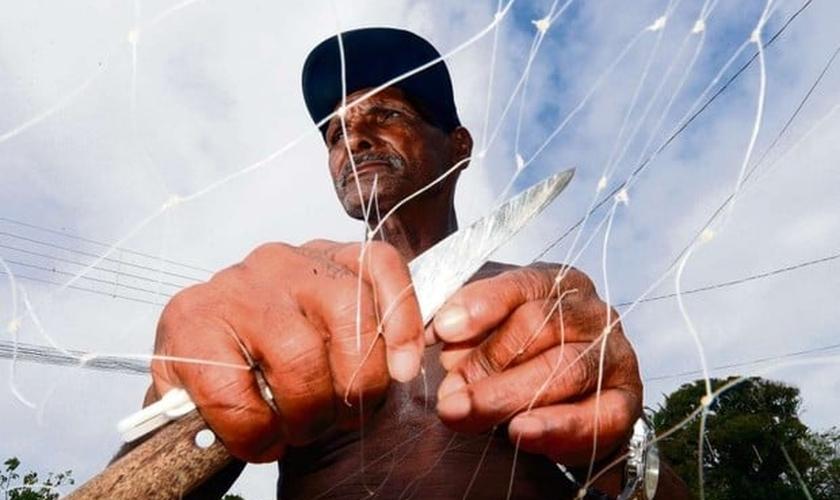 O pescador José Lino Moraes, de 62 anos, sofre com a lama no Rio Doce, em Linhares. (Foto: Bernardo Coutinho/A Gazeta)