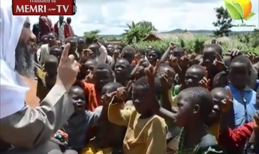 As imagens mostram missionários muçulmanos tentando converter cristãos africanos ao islamismo. (FOTO: MEMRI)