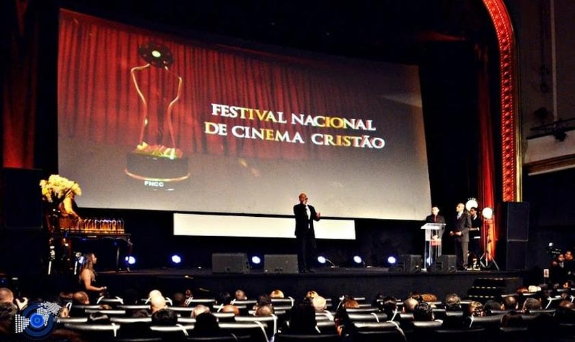 Alexandre Dias em apresentação com a banda Sob Tuas Asas durante a IV FNCC. (Foto: Destake News Gospel)