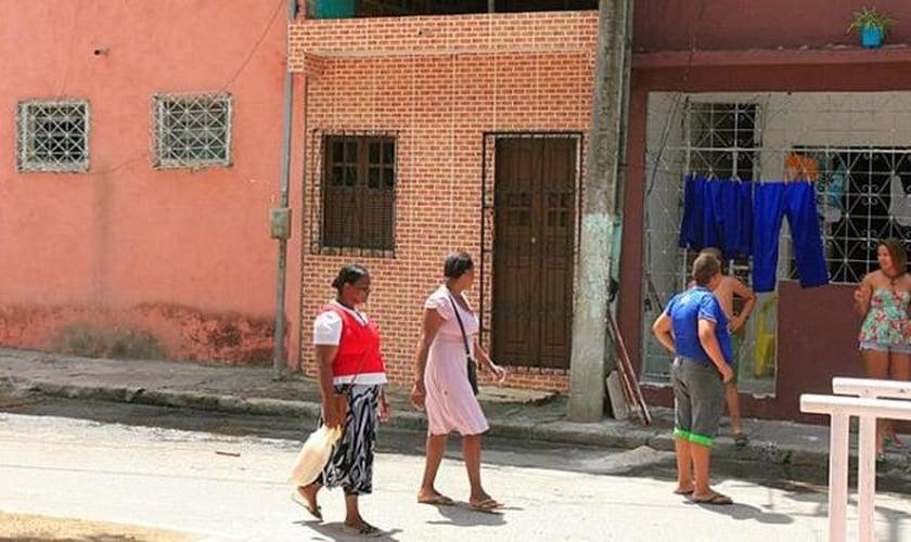 Quem passava pela Rua Pedra Dourada olhava o imóvel que foi palco do triplo homicídio. (Foto: Edilson Lima/ A Tarde)