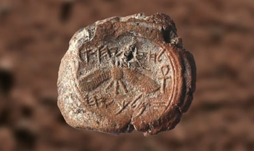 Uma marca do selo do rei bíblico Ezequias foi encontrada por arqueólogos israelenses da Universidade Hebraica de Jerusalém. (Foto: Reprodução)