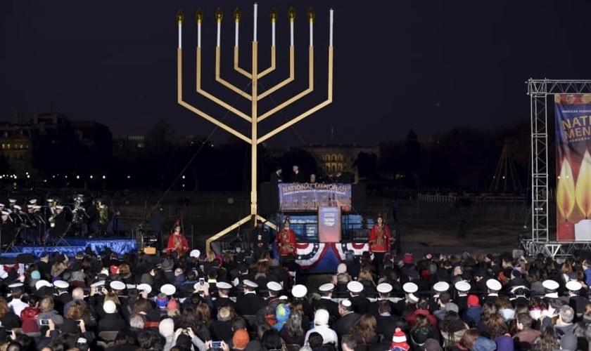 público aguarda iluminação da Menorah Nacional em Washington. Foto: Reuters.