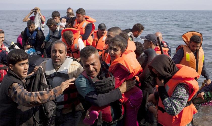 Pelo menos 850 mil pessoas realizaram a perigosa travessia para a Grécia no ano passado. (Foto: Reprodução)