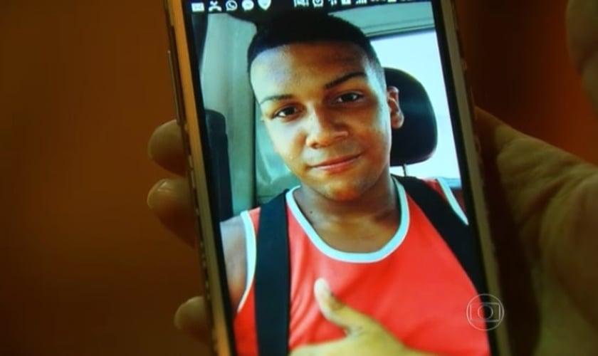 Wesley era entregador de bebidas, cursava o ensino médio e não tinha envolvimento com criminosos. (Foto: Reprodução/ TV Globo)