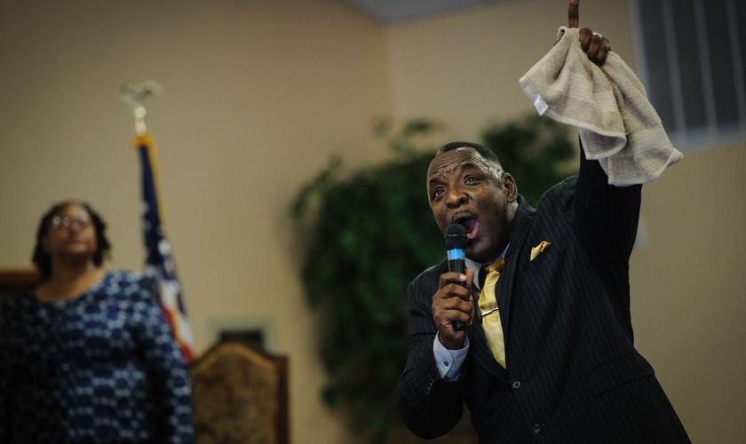 A igreja realizava um culto de fim de ano conduzido pelo pastor Larry Wright, que também atua como um vereador na cidade de Fayetteville. (Foto: Fay Observer)