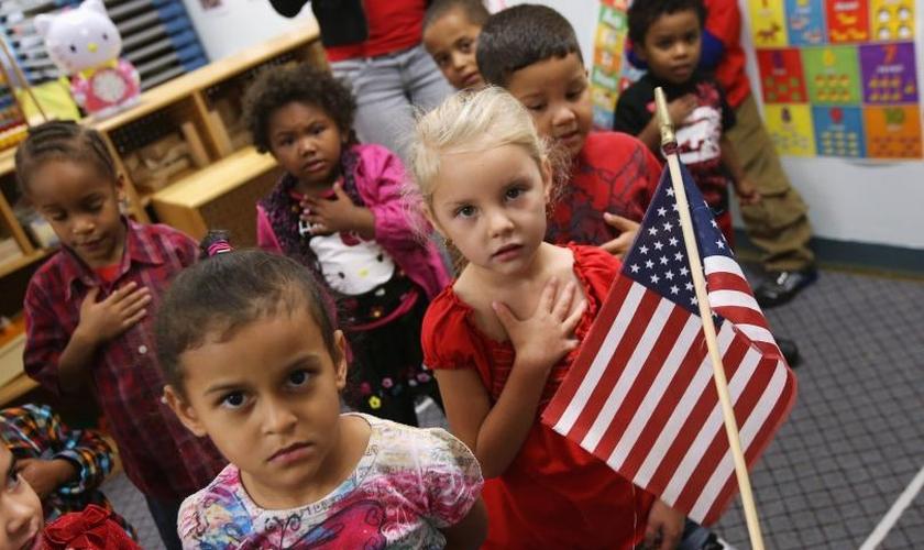 Crianças jurando a bandeira no início da manhã no colégio Head Start em Woodbourne, Nova York. (Foto: John Moore/Getty Images)