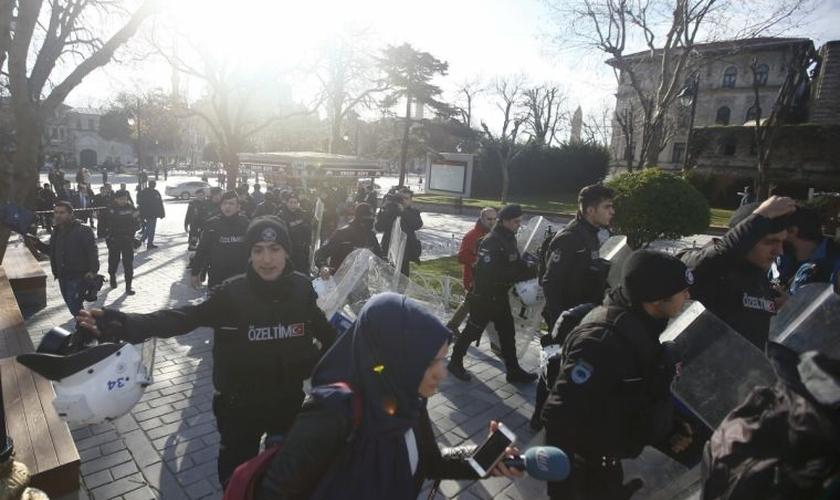 Policiais tentam evacuar a área, minutos após a explosão na praça central de Istambul. (Foto: Reuters)