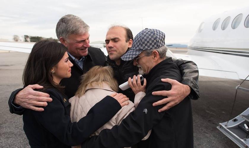 Abedini em um emocionante reencontro com a família em um aeroporto dos Estados Unidos. (Foto: Facebook)