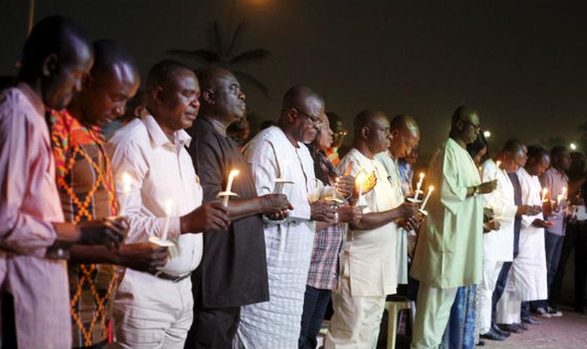 Pessoas realizam vigília em memória às vítimas de ataque do Boko Haram. (Imagem: Reuters)