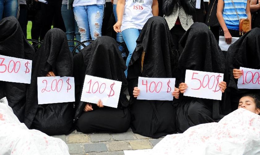 Mulheres protestam contra a violência do Estado Islâmico e a escravidão sexual, promovida pelo grupo terrorista (Foto: Agência Anadolu)