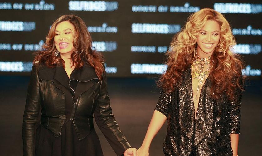 Tina Knowles e sua filha, Beyonce (Imagem: Reprodução)