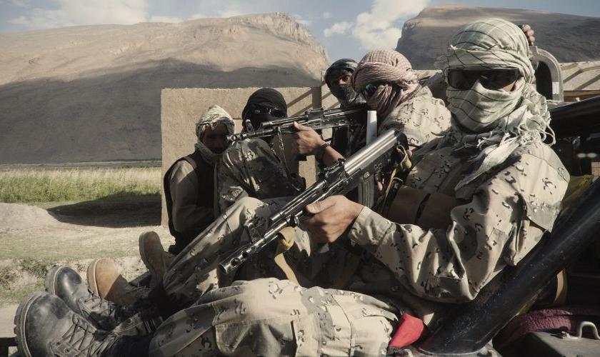 Patrulha posa para foto em Qila-e Panja, na região fronteiriça do corredor de Wakhan, extremo leste do Afeganistão. Imagem: The New York Times