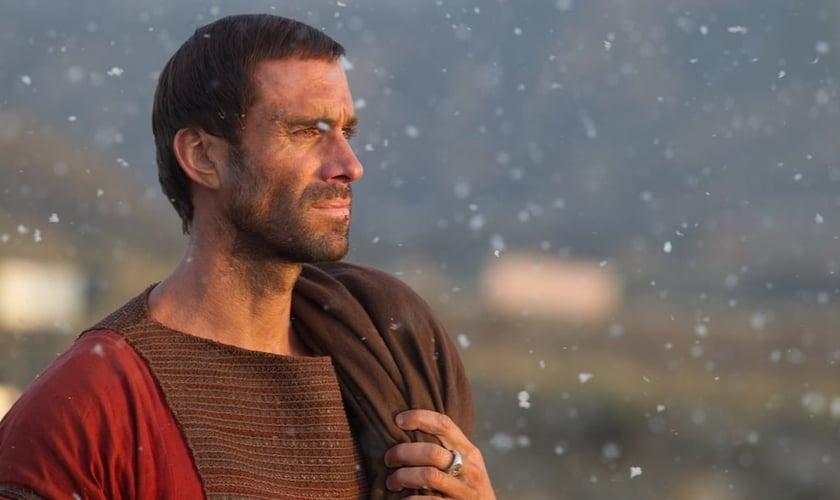 Clavius é interpretado pelo ator Joseph Fiennes. Imagem: divulgação.