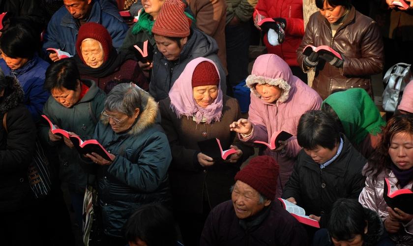 Missionários distribuem milhares de Bíblias na China. (Foto: Bible Society)