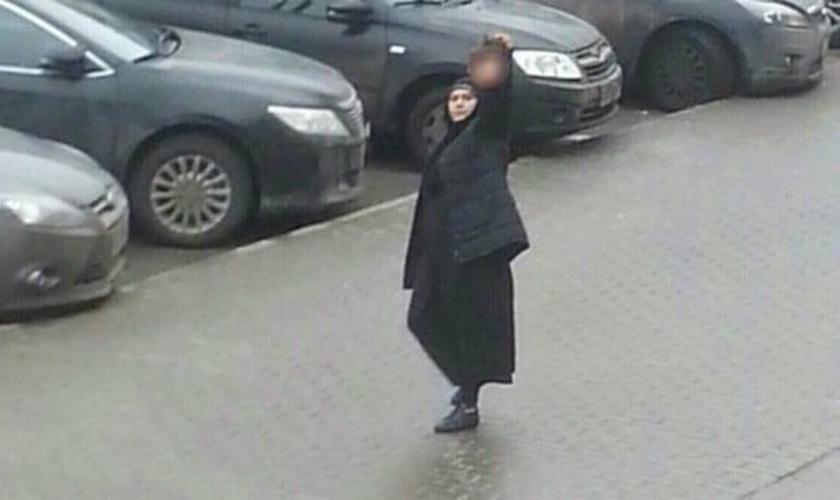 Segurando a cabeça de uma criança, uma mulher muçulmana ameaçou se explodir na Rússia. (Foto: Reprodução/ Instagram/ oleg_smotra)