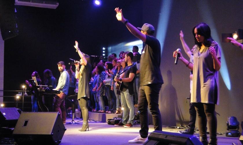 Cada músico que está tocando sobre o altar é um ministro de Deus levando a igreja à adoração (Foto: Guiame/ Mariana Ebenau)