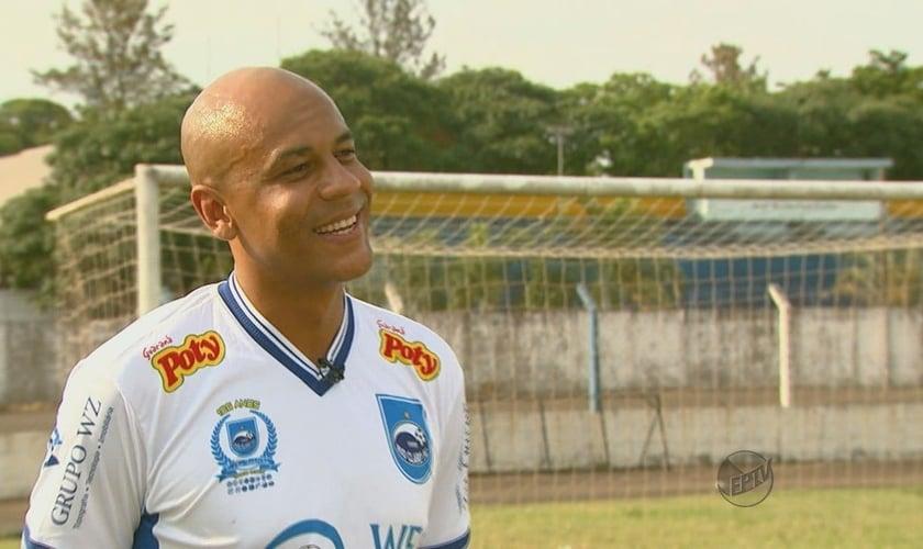 O Zagueiro Alex Silva atualmente está jogando pelo Rio Claro, na disputa pelo Campeonato Paulista (Imagem: Reprodução / GloboEsporte)