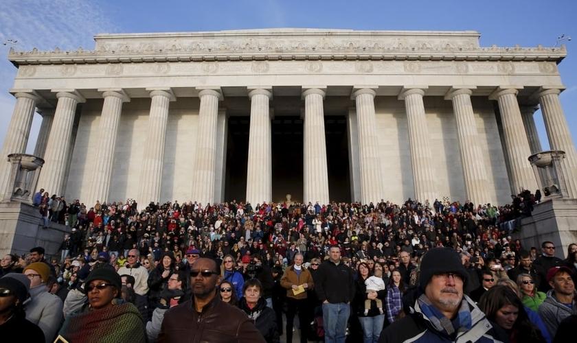 Líderes cristãos se reúnem em frente ao Lincoln Memorial, em um domingo de páscoa de 2015, para orar pelos Estados Unidos (Foto: Jim Bourg / Reuters)