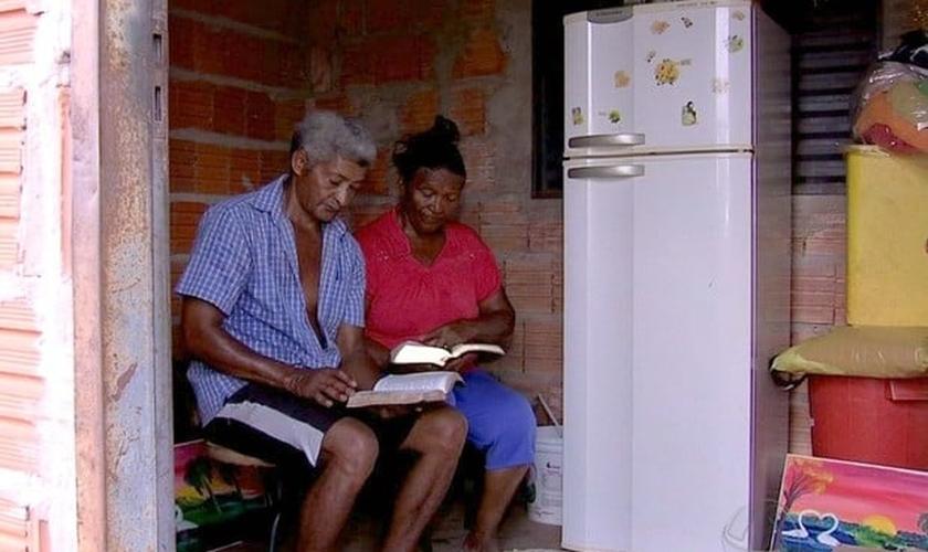 Casal está sendo alfabetizado no barracão da cooperativa/ (Foto: Reprodução/ TVCA)