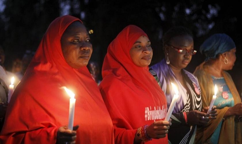Mulheres nigerianas participam de vigília em janeiro de 2016, para clamar pelo resgate de 200 garotas sequestradas pelo Boko Haram (Foto: Afolabi Sotunde / Reuters)