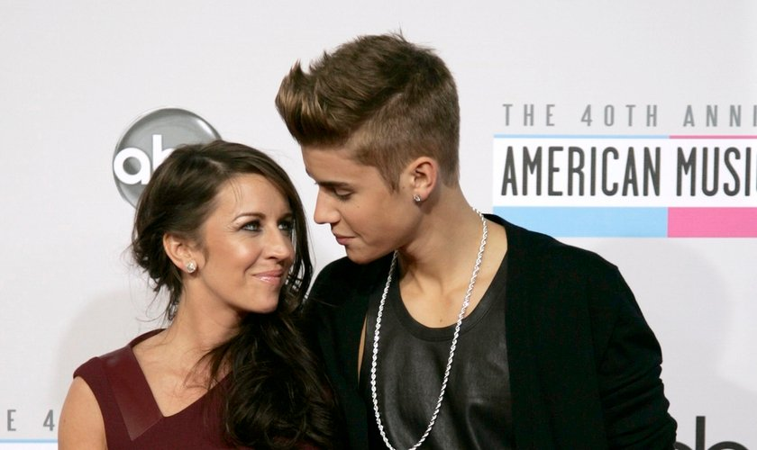 Justin Bieber e sua mãe na premiação American Music Awards em Los Angeles. Foto: Reuters/Jonathan Alcorn