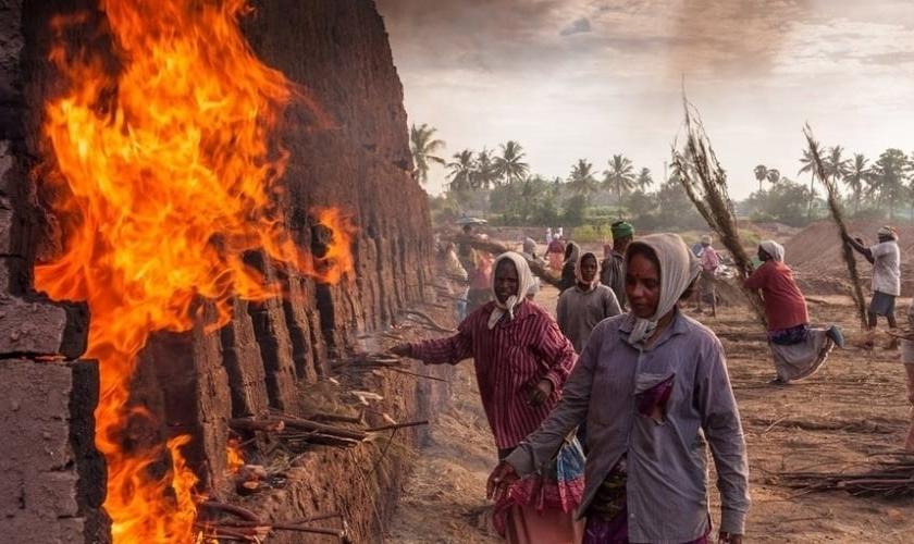 """Trabalhadores em uma fábrica de tijolos em Podicherry, na Índia (Foto: Rajaram / """"The Art of Building"""")"""