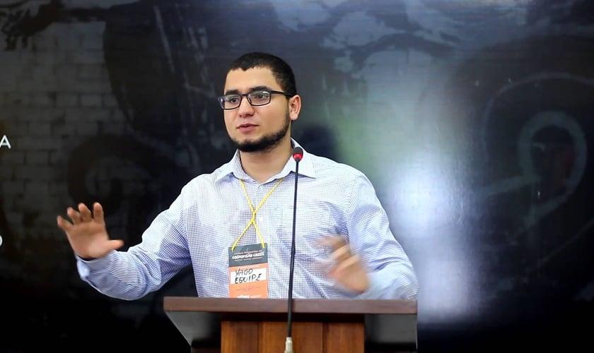 Yago Martins palestra no primeiro fórum nordestino de cosmovisão cristã. Foto: Reprodução/YouTube