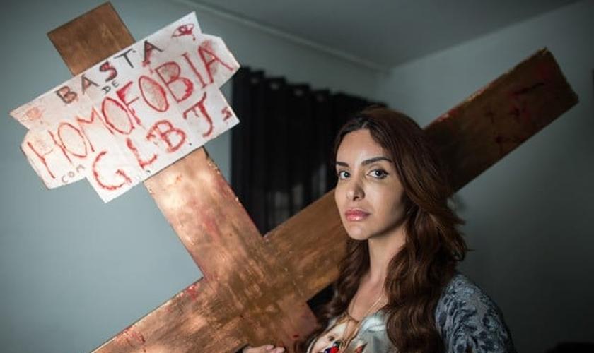 Viviany Beleboni encenou uma 'crucificação' na Parada Gay de 2015 e gerou polêmica entre os cristãos. (Foto: G1)