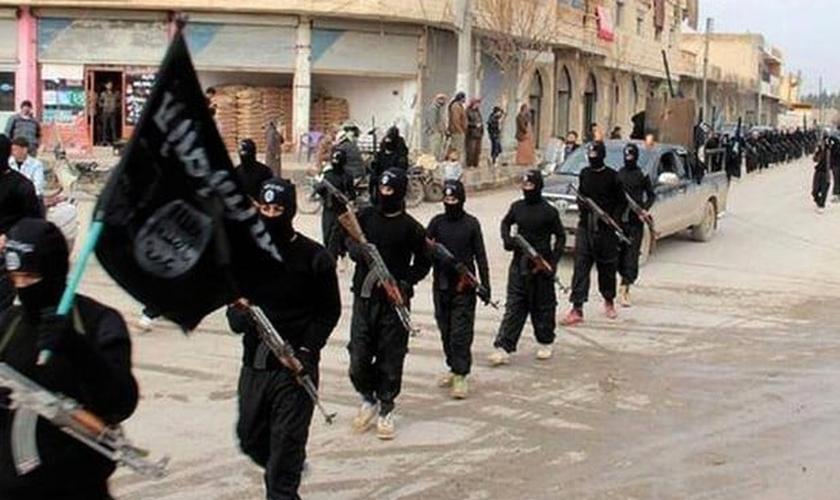 Militantes do Estado Islâmico desfilam nas ruas de Raqqa, na Síria (Foto: AP)