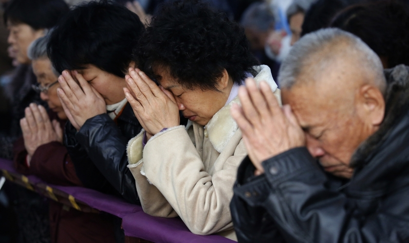Cristãos chineses oram em igreja subterrânea, na China (Foto: Kim Kyung-Hoon / Reuters)