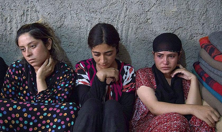 Mulheres resgatadas da escravidão sexual, sob domínio do Estado Islâmico, em Sinjar (Foto: Rex / Telegraph)