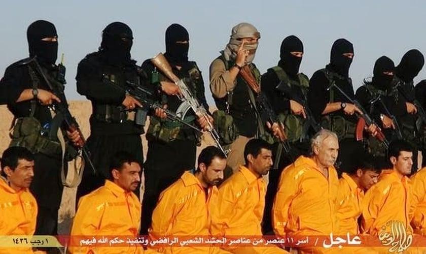 Terroristas do Estado Islâmico se posicionam para executar cristãos. (Foto: Reuters)